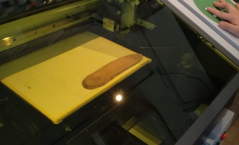 UVプリンタで木材に印刷している様子